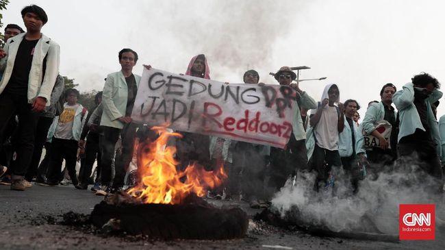 Demonstrasi mahasiswa untuk menolak UU dan RUU kontroversial merebak di berbagai titik di Jakarta. Sebagian aksi berakhir ricuh karena bentrok massa dan aparat.