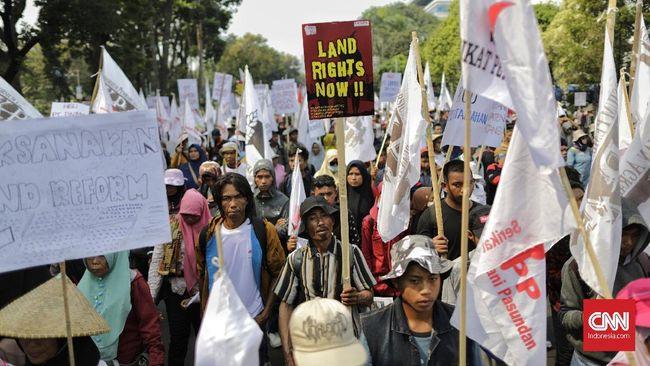 Petani yang berdemo di seberang Istana beramai-ramai menyobek kertas berwarna hijau muda simbol sertifikat yang kerap dibagikan secara gratis oleh Jokowi.