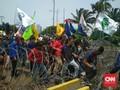 Demo Mahasiswa Memanas, Gedung DPR Dilempari Botol
