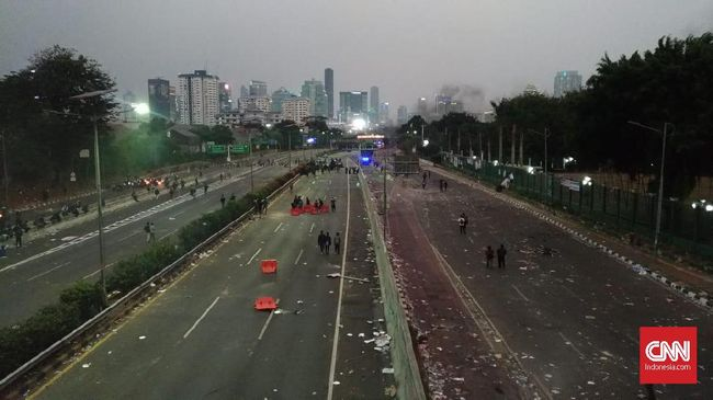 Sekitar pukul 17.50 WIB, demonstran dari arah Semanggi tumpah ruah ke jalan tol. Kendaraan taktis dan Brimob dikerahkan untuk menghadapi massa.