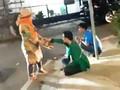 VIDEO: Warga Beri Makanan ke Massa Aksi Mahasiswa di DPR