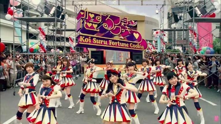 Kostum dalam lagu 'Koisuru Fortune Cookie' juga dinobatkan menjadi seifuku terbaik. Para personel AKB48 menggunakan kostum karnaval yang ceria dan penuh semangat.