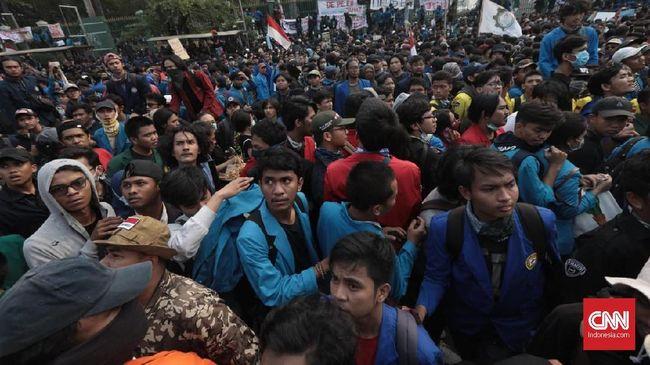Polisi Tembakkan Gas Air Mata, Mahasiswa Mundur ke Arah Slipi