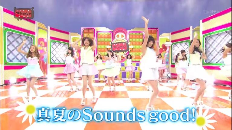 Kostum yang digunakan dalam lagu 'Manatsu no Sounds Good!' ini juga dinobatkan menjadi yang terbaik. Para personel AKB48 menggunakan varian warna putih untuk busana mereka dan dikombinasikan dengan warna-warna pastel yang lembut sehingga menampilkan kesan yang manis.