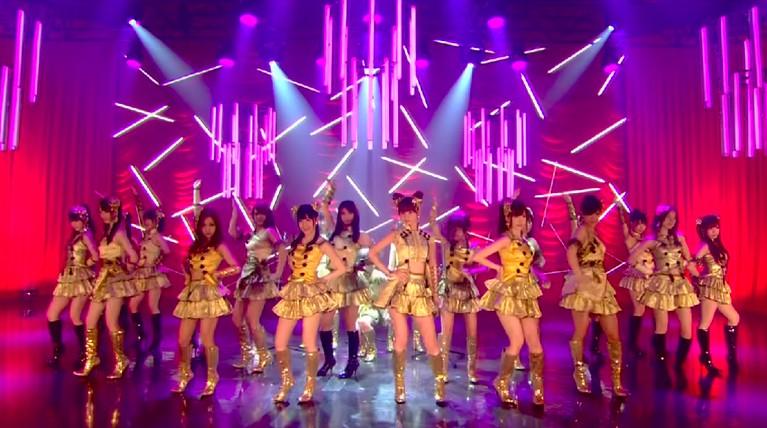 Lagu 'Flying Get' adalah sebuah lagu yang bernada menyenangkan dan membahagiakan, sangat sepadan dengan kostum yang mereka gunakan. Gaun mini warna kuning dan sepatu berwarna senada menjadikan Seifuku ini terbaik dari semua lagu.