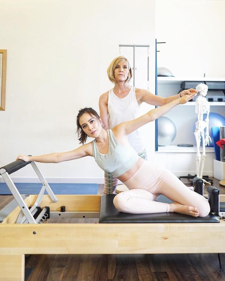 Sedang hamil, Shandy Aulia tetap rutin olahraga pilates, yang membuat tubuhnya bugar bahkan terlihat langsing.