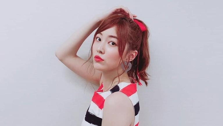 Matsui Jurina. Bersama Maeda Atsuko, Jurina berada di center di lagu Oogoe Diamond dan 10nen Zakura.