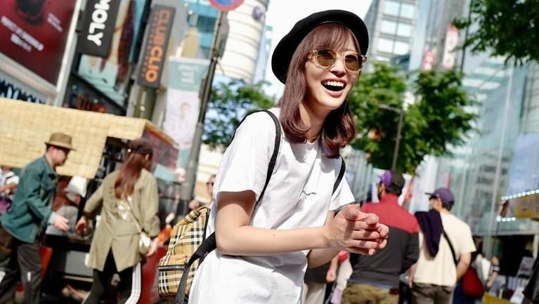 Sashihara Rino. Bergabung dengan AKB48 pada 2007 silam, Rino menjadi center di lagu Halloween Night hingga Jiwaru DAYS.
