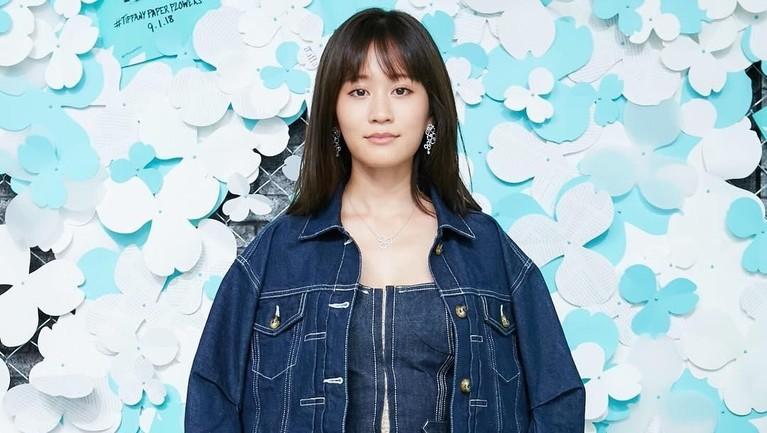 Maeda Atsuko. Penyanyi 28 tahun itu berada di center lagu seperti Baby! Baby! Baby!, GIVE ME FIVE!, hingga Manatsu no Sounds Good!.