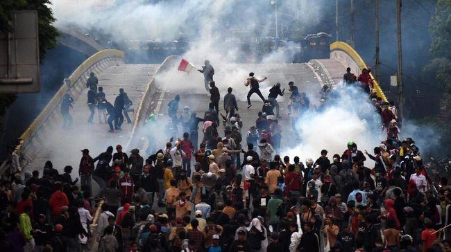 Maulana Suryadi meninggal bersimbah darah usai ditangkap saat ada di lokasi demo di sekitar gedung DPR, Rabu (25/9), namun polisi klaim itu karena asma.