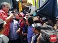 Tolak UU KPK, Ketua DPRD Jatim Lepas Batik Merah Depan Massa