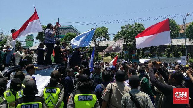 Polda Jawa Timur menyiagakan 700 personel di depan kantor DPRD Jatim, tidak ada yang membawa senjata peluru karet dan tajam.