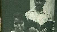 <p>Ainun merupakan teman SMA Habibie yang sempat diejek Habibie sebagai 'Gula Jawa' karena pembawaannya yang hitam manis. (Sumber Foto: Buku Habibie Tak Boleh Kalah dan Lelah)</p>