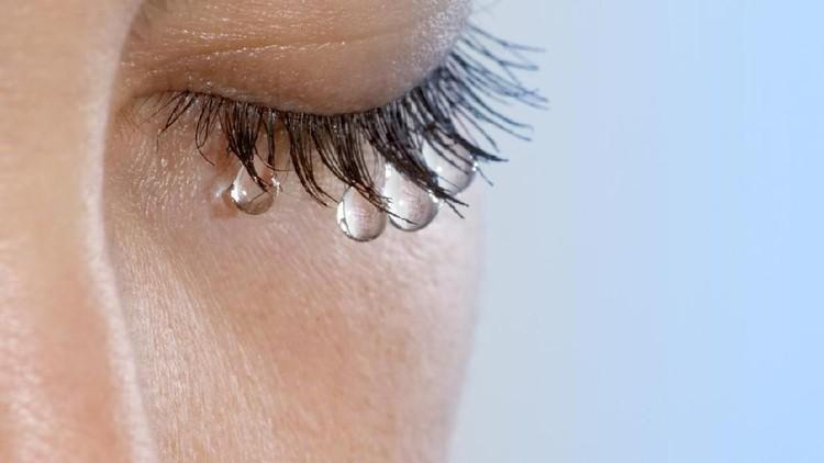 Satenik Kazaryan, gadis asal Armenia mengeluarkan air mata kristal. Menurut dokter ini fenomena yang dan tak bisa dijelaskan secara medis.