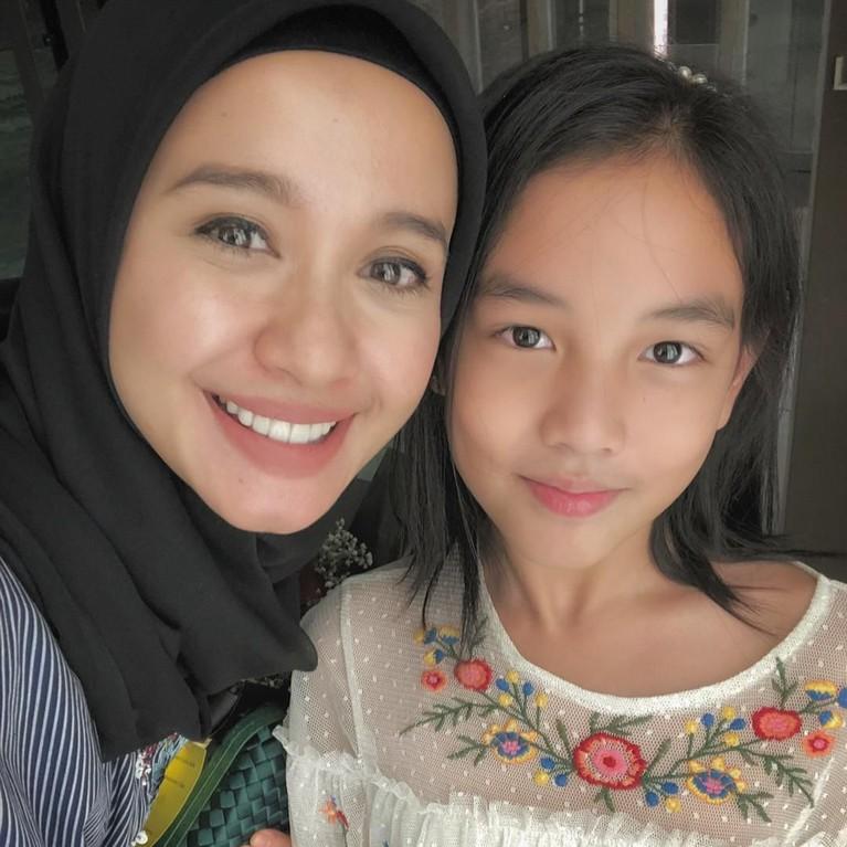 Usai resmi menikah dengan Engku Emran, Laudya Cynthia Bella harus menjadi ibu sambung bagi Aleesya, putri Emran hasil pernikahan sebelumnya dengan artis Malaysia.