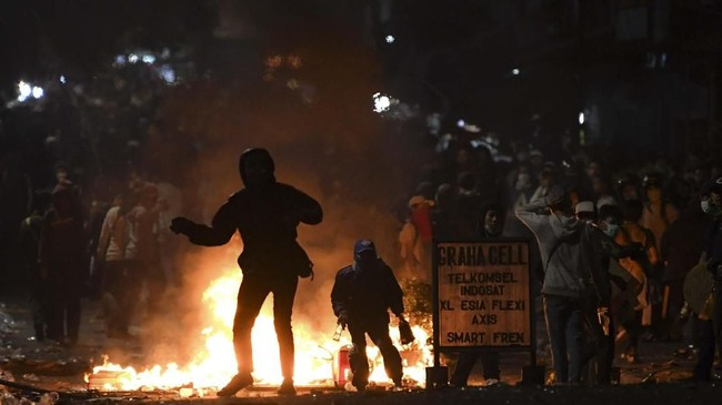 Palmerah adalah salah satu titik bentrok demonstran, tak hanya mahasiswa bentrokan ini juga melibatkan warga dan pelajar.