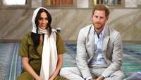 <p>Meghan enggak sendiri, kunjungannya ke salah satu masjid tertua di Afrika Selatan ditemani Pangeran Harry. (Foto: Getty Images)</p>