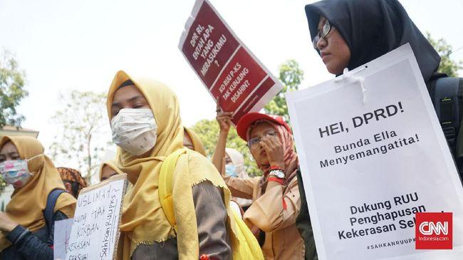 Dua isu bertolak belakang diangkat para perempuan yang melakukan demonstrasi RUU PKS di depan DPRD masing-masing di Bandung dan Palembang.