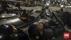 FOTO : Raut Letih, Puing dan yang Tersisa Usai Demo DPR