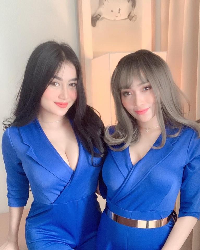 Di atas panggung, duo yang dikenal dengan goyang drible ini tampil kompak dengan busana kembar yang tentunya juga seksi.