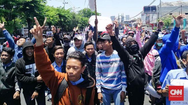 Ribuan massa aksi #SurabayaMenggugat mulai bergerak dari Tugu Pahlawan ke Gedung DPRD Jawa Timur, dengan 'dikawal' ratusan pelajar STM dan SMA.