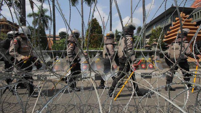 Ribuan mahasiswa dan masyarakat sipil yang tergabung dalam aksi #SurabayaMenggugat meminta mereka dibiarkan masuk ke sisi dalam Gedung DPRD Jawa Timur.