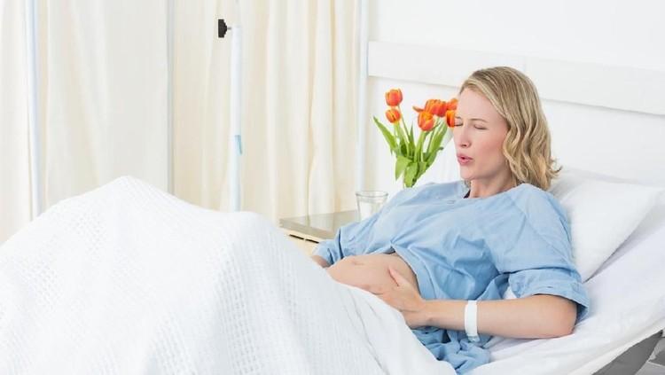 Seorang wanita dan suaminya mendatangi rumah sakit karena mengalami pembengkakan wajah. Tapi, rumah sakit menolak merawat wanita ini.