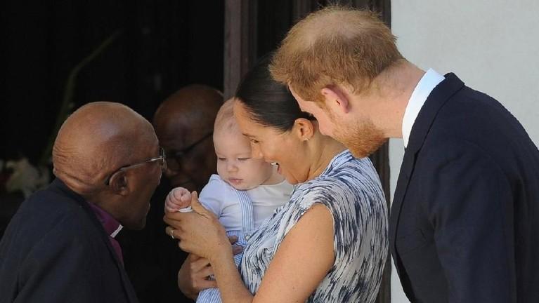 Kehadiran Archie di Afrika menjadi sorotan publik. Bayi yang lahir pada 6 Mei lalu itu terlihat menebar senyum.