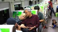 <p>Mengajak sang istri untuk merasakan naik kereta. Bersandar di pundak suami memang paling nyaman ya, Bun. (Foto: Instagram @ganjar_pranowo)</p>