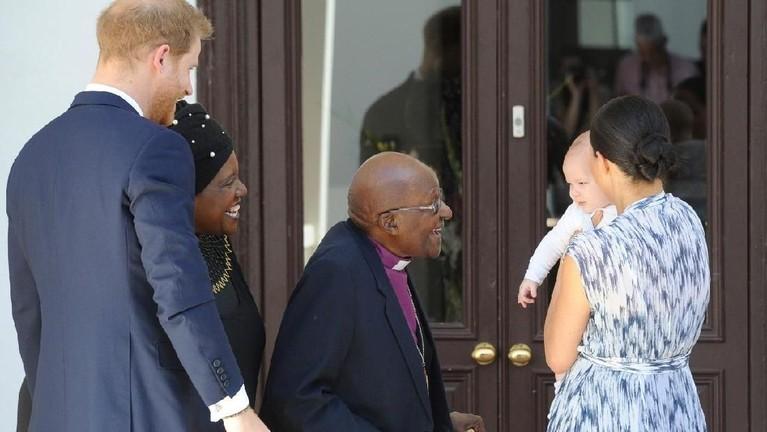 Baby Archie HarrisonMountbatten-Windsor akhirnya mengikuti Royal Tour pertamanya. Putra Pangeran Harry dan Meghan Markle itu mengunjungi Afrika.