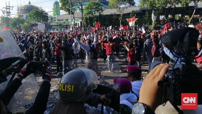 Aksi #SurabayaMenggugat Jilid II batal digelar karena mahasiswa dan kelompok sipil sedang melakukan konsolidasi ulang setelah batal berdialog dengan Khofifah.