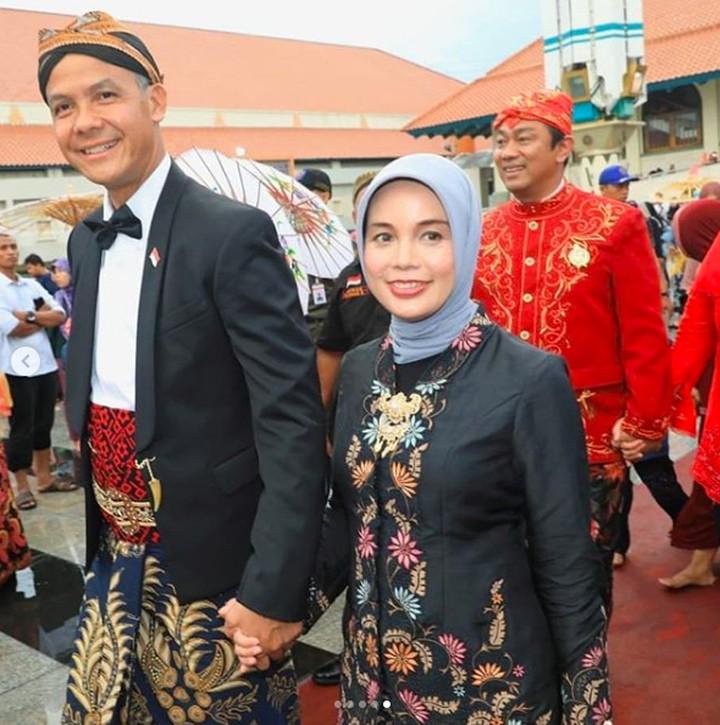 Gubernur Jawa Tengah, Ganjar Pranowo dan Siti Atiqoh Apriyanti baru saja merayakan ulang tahun pernikahan ke-20. Kemesraan mereka bikin baper.