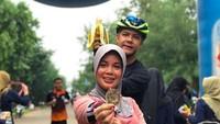 <p>Selain bersepeda, kali ini Ganjar dan Atiqoh menjajal olahraga lari. Lucu ya, Bun, di saat sang istri menunjukkan medali lari, eh Ganjar malah pamer pisang. (Foto: Instagram @ganjar_pranowo)</p>