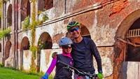 <p>Ganjar menyebut bersepeda dengan istilah Gowes. Kali ini, Ganjar menemani istrinya menyusuri bangunan-bangunan tua yang artistik di Semarang. (Foto: Instagram @ganjar_pranowo)</p>