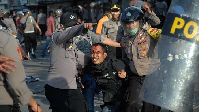 Ratusan orang ditangkap saat demonstrasi selama pandemi Covid-19. Aparat menggunakan dalih pelanggaran protokol kesehatan.