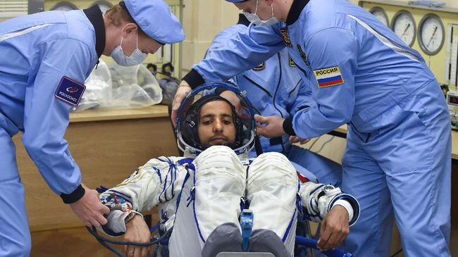 Member of the main crew to the International Space Station (ISS) United Arab Emirates' astronaut Hazza Al Mansouri has his spacesuit tested before boarding a Soyuz rocket to the ISS, at the Russian-leased Baikonur cosmodrome in Kazakhstan on September 25, 2019. (Photo by Vyacheslav OSELEDKO / AFP)