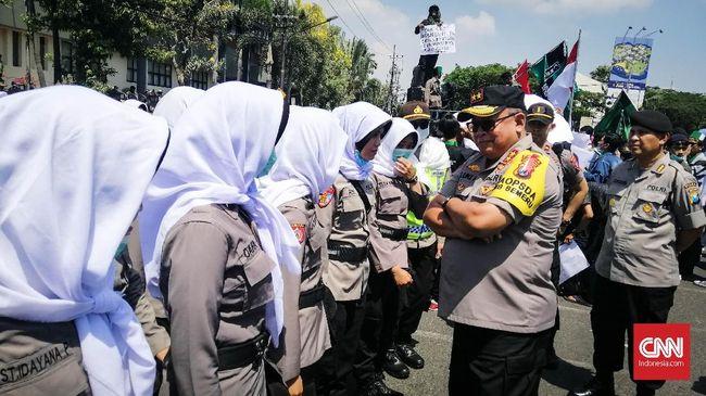 Polda Jatim mengaku tak memakai senjata peluru tajam ataupun karet, dan hanya memakai gas air mata serta senjata laras licin dalam aksi #SurabayaMenggugat.
