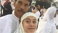 Pelantun lagu Kejora ini membagikan momen kebersamaan dengan sang ayah di depan Kabah. (Foto: Instagram @lestykejora)