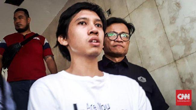 Ananda Badudu, mantan jurnalis sekaligus pegiat HAM dijemput personel Polda Metro Jaya pukul 04.30 WIB di kediamannya di Tebet, Jakarta Selatan.