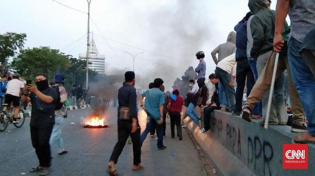 Selain bom molotov, pelaku aksi diduga memakai anak panah yang akhirnya menimbulkan luka ke wartawan yang tengah meliput.
