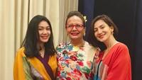 <p>Sebagai putri satu-satunya, Shalima kerap diajak Wanda untuk menemaninya ke sebuah acara. Kali ini Wanda Hamidah dan Shalima bersama Christine Hakim. (Foto: Instagram @wanda_hamidah)</p>