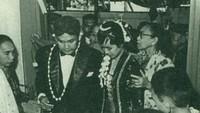 <p>Setelah menikah, Ainun ikut tinggal bersama Habibie di Jerman. Dia rela meninggalkan kariernya sebagai dokter di Rumah Sakit Cipto Mangunkusomo, Jakarta.</p>