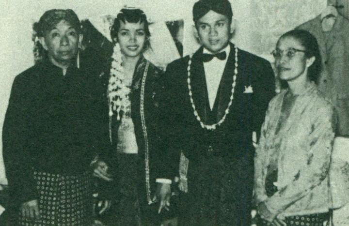 <p>Habibie dan Ainun menikah di Bandung pada 12 Mei 1962. Akad nikah mereka digelar dalam adat dan budaya Jawa.</p>