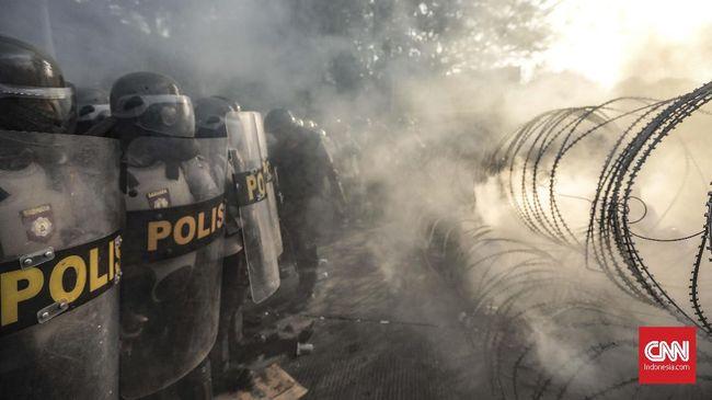 Demonstrasi mahasiswa di Gedung DPRD Pamekasan, Madura, berakhir ricuh pada Jumat (27/9). Polisi membubarkan massa aksi dengan gas air mata.