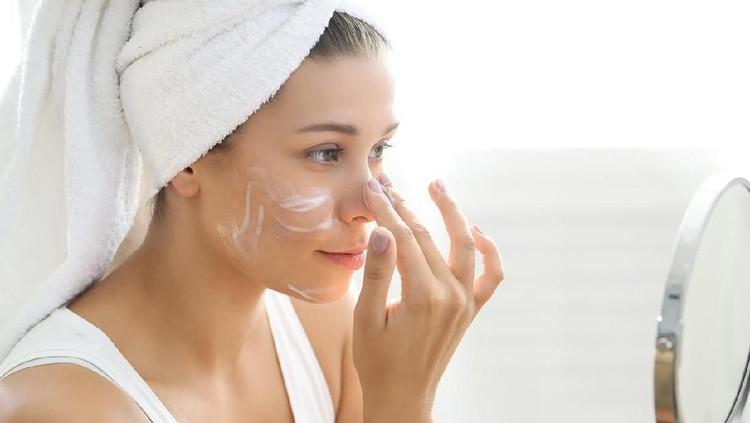 Membersihkan wajah ternyata tak cuma mencuci muka dan pakai toner. Ada hal lain yang membuat wajah bersih secara optimal, Bunda. Simak caranya menurut ahli.