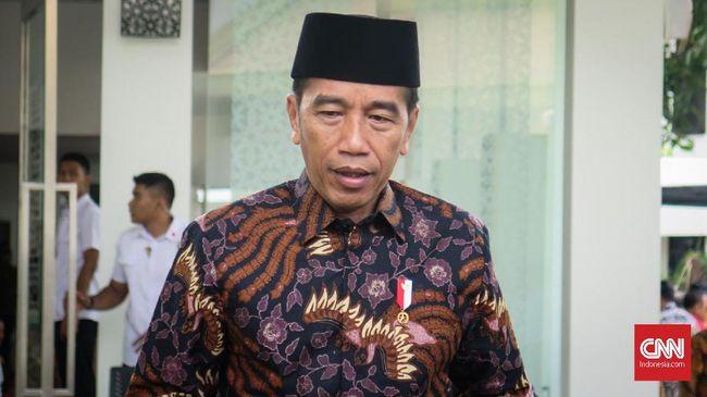 Presiden Jokowi langsung pergi meninggalkan wartawan di Istana Merdeka ketika ditanya soal penangkapan dua aktivis, Dandhy Laksono dan Ananda Badudu.