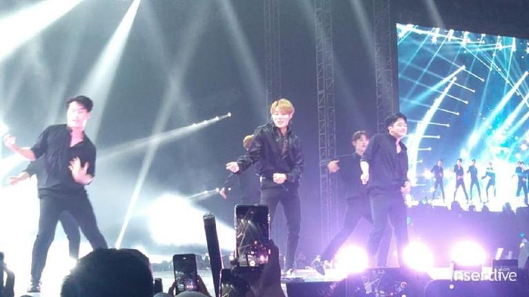 Ha Sung Woon membuka penampilan dengan lagu solonya bertajuk Bird. Ia juga menyempatkan diri menyapa para penggemar.