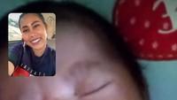 <p>Meski Meyshyla masih bayi, Evi beberapa kali mengajak putrinya itu video call. (Foto: Instagram/ @evi_masamba_real)</p>