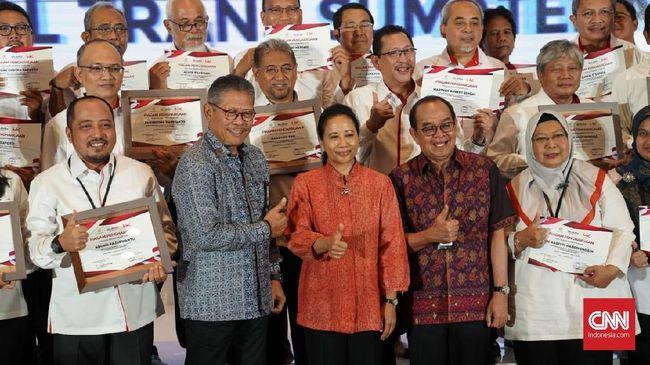 Rini Soemarno memberikan penghargaan kepada karyawan PT Hutama Karya atas pembangunan jalan tol Trans Sumatera (JTTS).