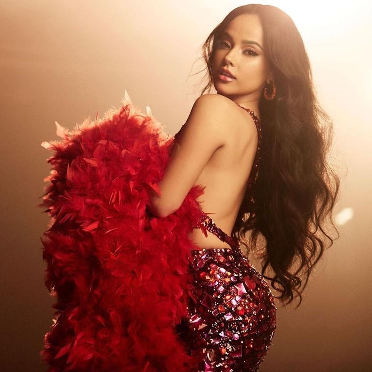 Becky G tengah menjadi sorotan lantaran baru saja berkolaborasi dengan J-Hope BTS dalam lagu Chicken Noodle Soup.